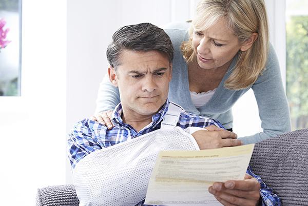 Kobieta patrzy namężczyznę przeglądającego dokumenty