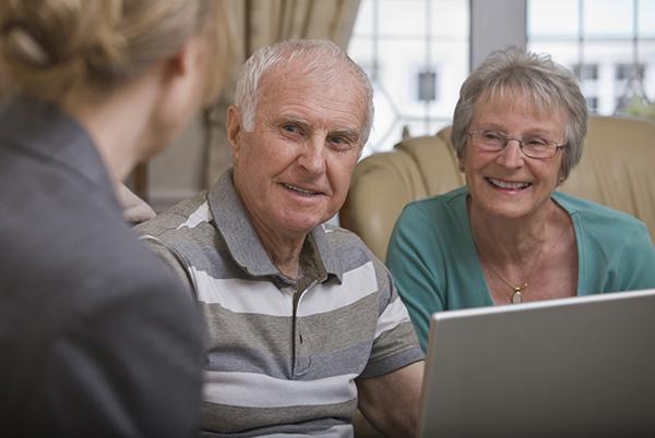 Dwoje starszych ludzi rozmawia zmłodą kobietą